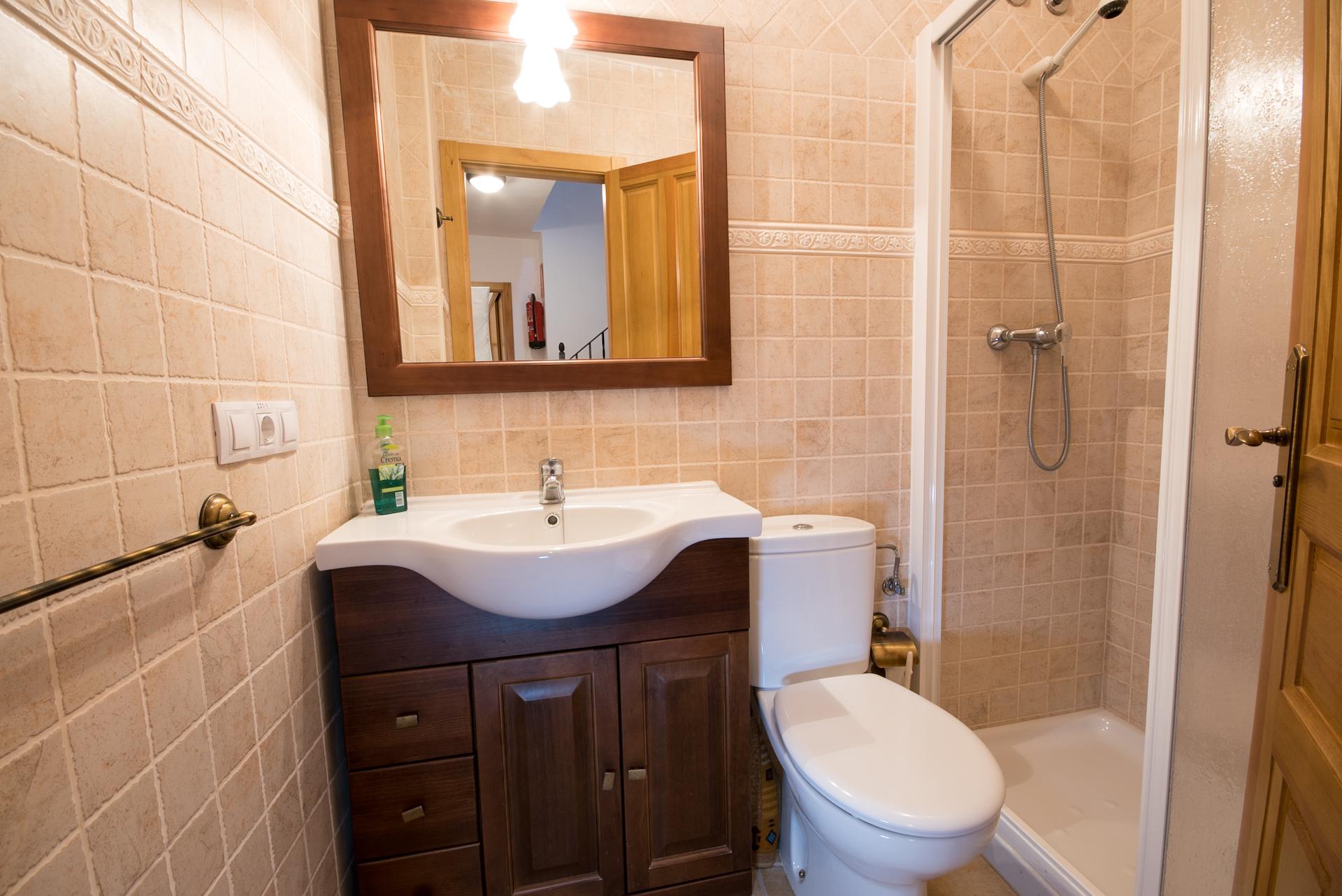 Benafer - Casa Arminda - Baño con plato de ducha